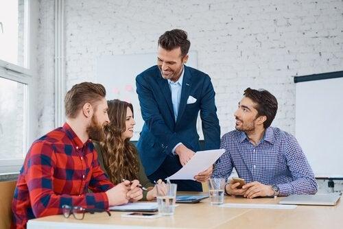 Ein Chef erklärt seinem Team, was er von ihm verlangt.