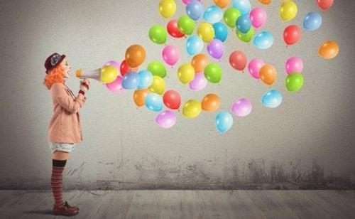 Clown mit Megafon und Luftballons