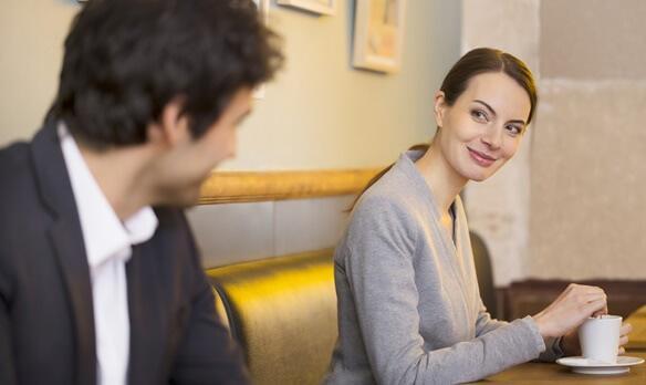Mann lächelt eine Frau in einem Café an