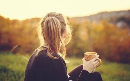 Frau, die gerade 30 geworden ist, mit einer Tasse Kaffee