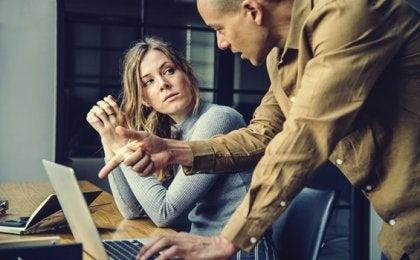 Narzissten bei der Arbeit: ein toxisches und unproduktives Arbeitsklima
