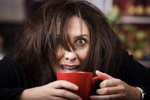 Eine Frau ist nach dem Genuss von Kaffee hyperaktiv.
