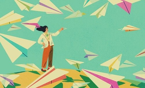 Frau mit Papierfliegern