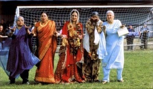 Frauen in indischen Kleidern auf dem Fußballplatz