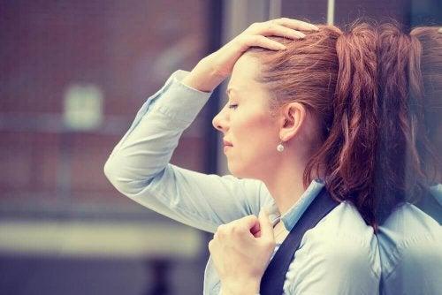 Frustrierte Frau als Symbol für geistige Gewohnheiten, die das Leben erschweren