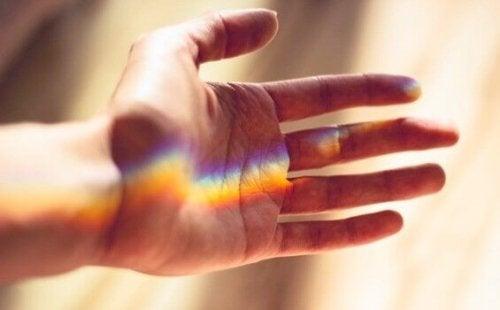 Hand mit Lichtbündel