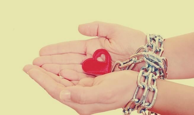 Herz an zusammengeketteten Händen