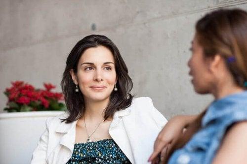 Gespräch zwischen zwei Menschen