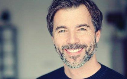 Lachender Mann mit Bart