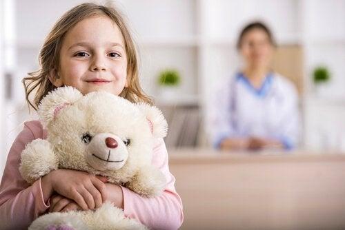 Mädchen hält ihren Teddybären
