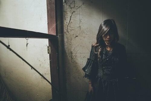 Mädchen in einer dunklen Ecke