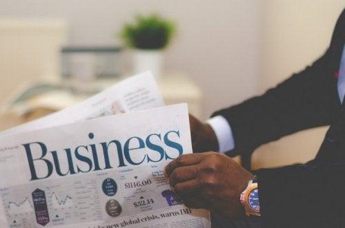 Mann liest eine Businesszeitung
