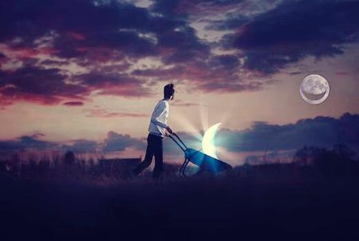 Mann mit Schubkarre fährt ein Stück Mond umher