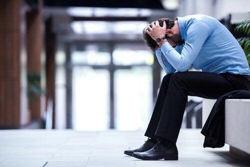 Mann ist unglücklich auf der Arbeit