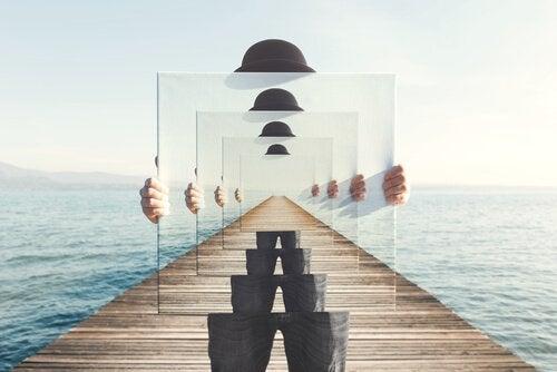 Mann mit Spiegel repräsentiert die Unendlichkeit