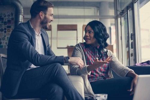 3 Schlüssel zu einem Gespräch, ohne das Interesse des Gegenübers zu verlieren