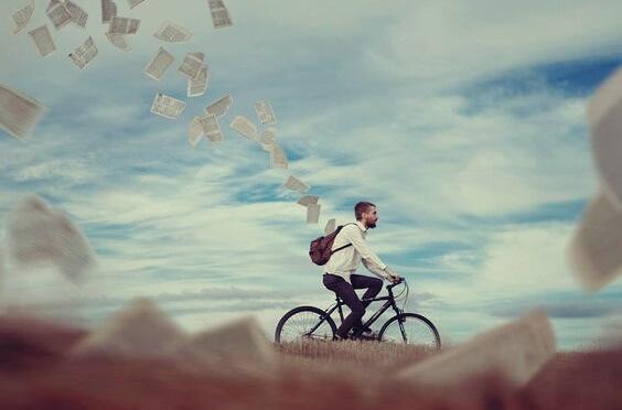 Mann verliert Blätter beim Fahrradfahren