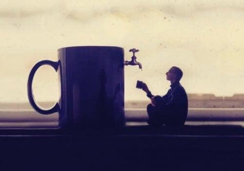 Ein Mann wartet auf Wasser aus einer überdimensionierten Tasse.