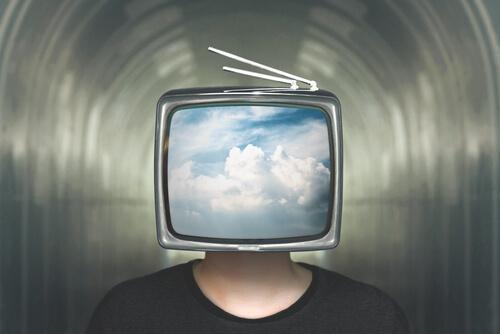 Mann mit Monitor als Kopf