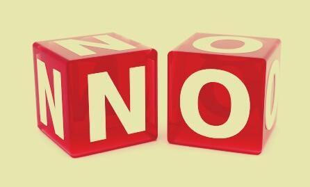 Würfel, die das englische Wort NO zeigen