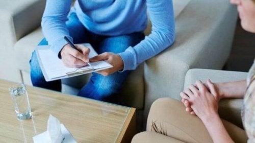 Psychologe im Gespräch mit Klient