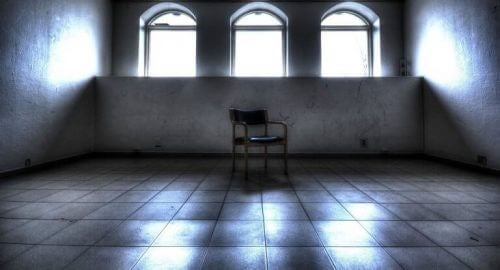 Stuhl in leerem Raum