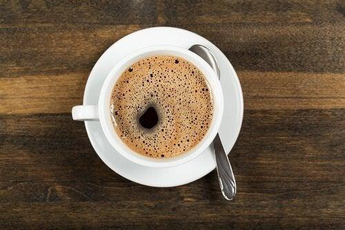 Eine Tasse Kaffee, die auf einem Tisch steht