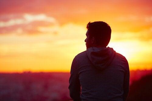Trauriger Junge vor Sonnenuntergang