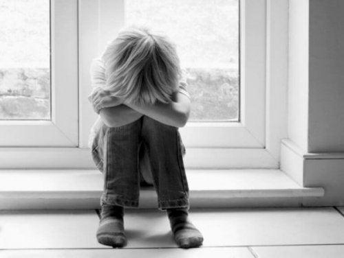 Trauriges Kind leidet unter unbewusstem Narzissmus