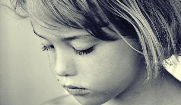 Trauriges Mädchen mit geschlossenen Augen