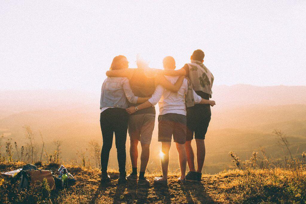 Vier Freunde umarmen sich