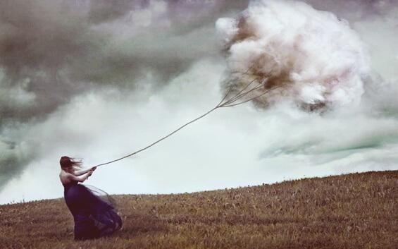 Frau zieht an Wolken