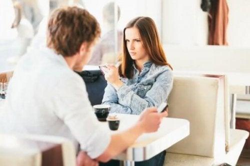 Wütende Frau im Café
