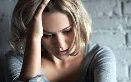 Frau zerbricht sich den Kopf