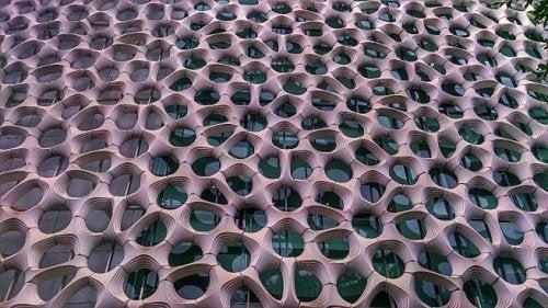 Fassade eines Gebäudes, das als Muster Waben aufweist
