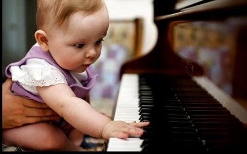 Baby spielt Klavier