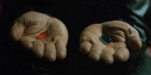 Szene aus der Matrix: Rote oder blaue Pille?