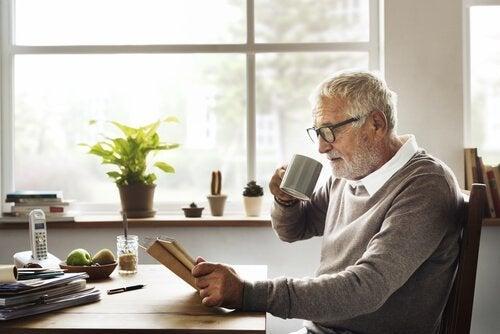 Ein älterer Mann liest ein Buch.