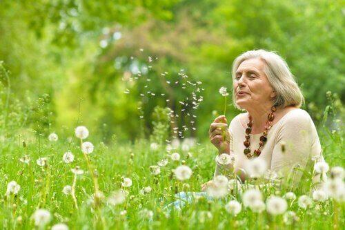Ältere Frau mit Pusteblumen