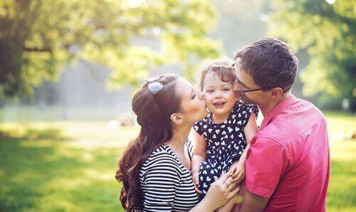 Eltern umarmen ihr Kind