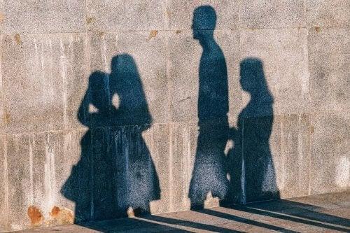 Schatten einer Familie ist auf Wand zu sehen.