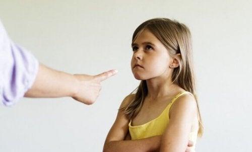 """Finger zeigt auf """"böses"""" Mädchen"""