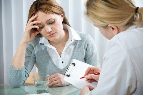Frau, die besorgt mit einer Ärztin spricht