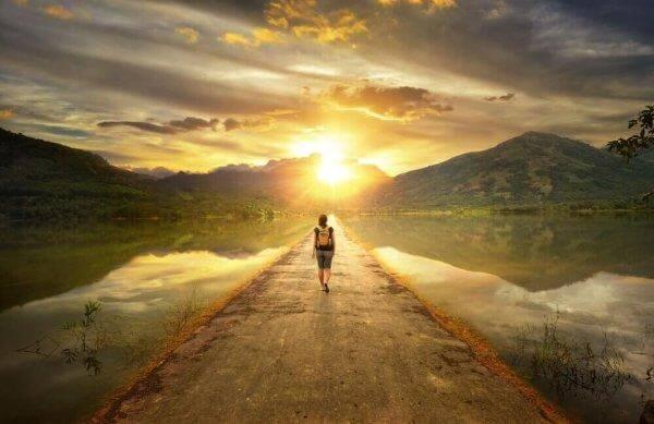 Frau, die in der Natur wandert