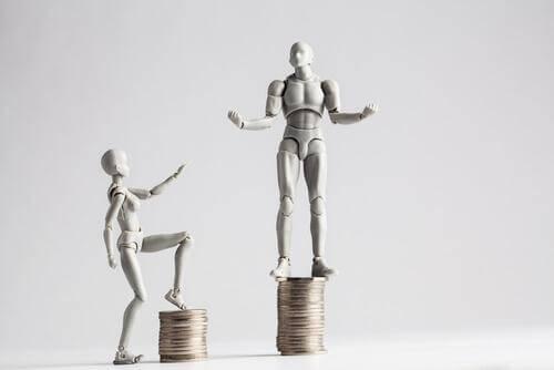 Eine männliche und weibliche Figur, die auf Münzen stehen; der Münzhaufen, auf dem die männliche Figur steht ist größer.