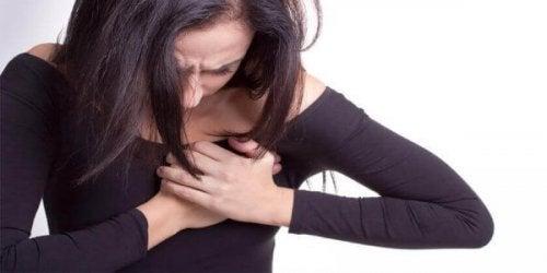 Frau mit Brustschmerzen