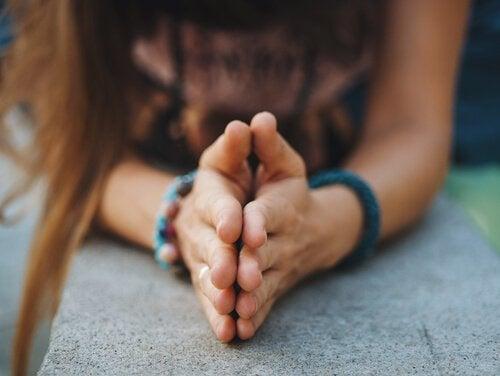 Frau, die ihre Hände in Dankbarkeit aneinander gelegt hat