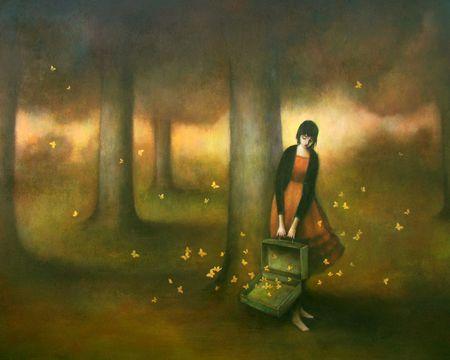 Frau entlässt Schmetterlinge aus ihrem Koffer, um vorwärtszukommen