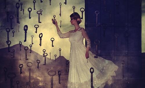 Frau, die von vielen Schlüsseln umgeben ist