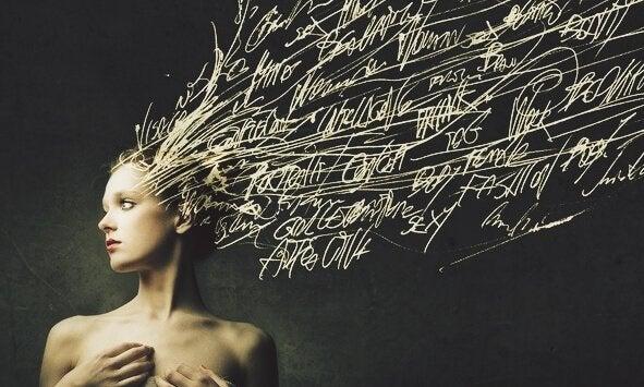 Frau mit Wörtern in ihren Haaren